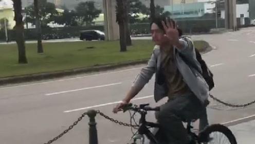 偶遇周润发骑单车买菜,10万自行车意外抢镜,身家全捐后满脸沧桑