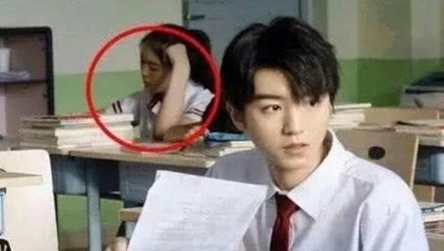 王俊凯上课照被疯传,身后闯入的女同学引关注,这颜值可以出团了