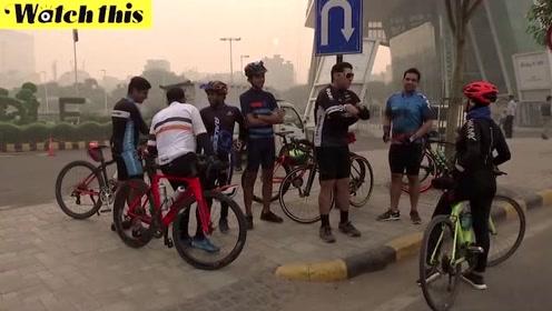 印度民众严重雾霾中骑自行车锻炼:我总不能坐在家里坐以待毙