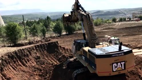 Cat 385C挖掘机装载卡车
