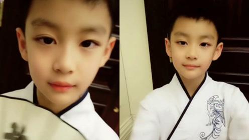 曹颖8岁儿子穿汉服,王子浓眉大眼手拿折扇帅气十足!