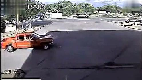 监控实拍:作死啊!奇葩司机故意撞警车,结果中枪倒地