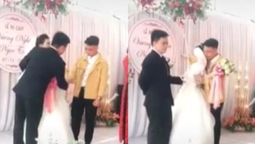 狗血剧情!婚礼上新娘与前任抱头痛哭,新郎大度上前握手安慰