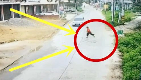 女子出门倒垃圾,不看路就往回跑,监控拍下可怕一幕!