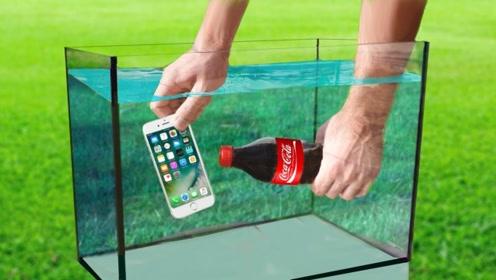 水下打开一瓶可乐,对着手机喷出去,下一秒会发生什么
