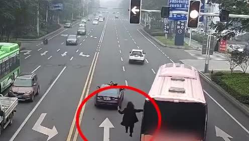 不要命操作!为宣传楼盘,男子挂客车窗外悬空踏步,交警叫停