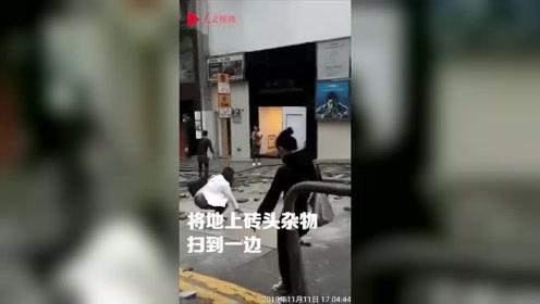 冲突过后香港街头遍地狼藉 市民纷纷自发清理 请还香港一片安宁