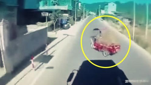 实拍:大货车司机开车看电视 老人转弯不看路 相遇瞬间车祸发生