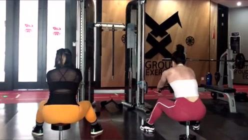 健身房的小姐姐在锻炼,哪个后背更有美感,我喜欢右边那个