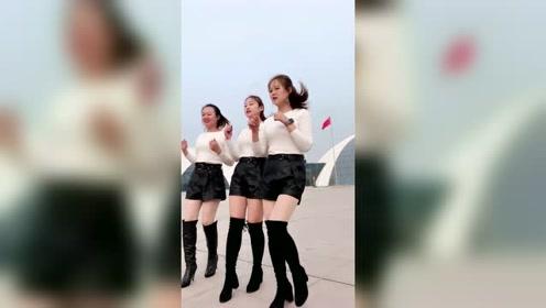 三姐妹教你跳广场舞,这步伐踩的就是稳