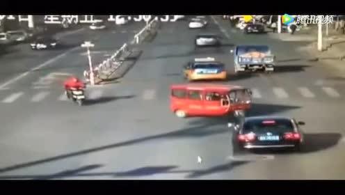 女司机抢黄灯撞倒三轮车 称刹不住车!