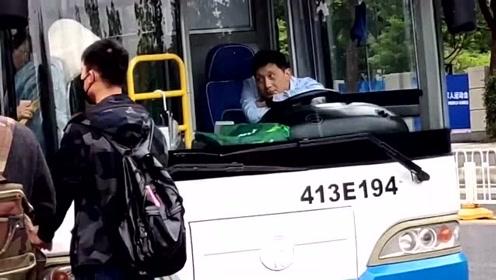 这个司机也太可爱了!司机:无聊都没人抢我座!