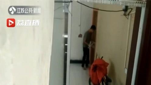 屡次遭入室盗窃 失主拍下作案视频 小偷发现后提着刀冲了过来……