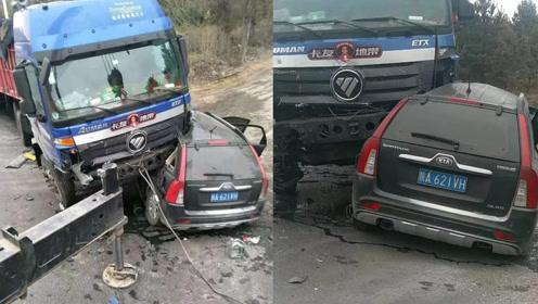 痛心!陕西3名民警遇车祸因公殉职,涉事车辆被碾压变形