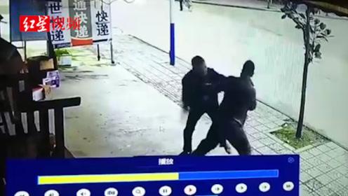 快递没取完发生纠纷 收件人驾车撞向快递点老板