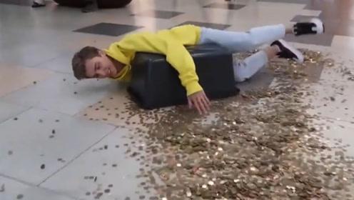 国外的小哥拿着10000枚硬币,摔倒在人群中,路人的反应令人称赞