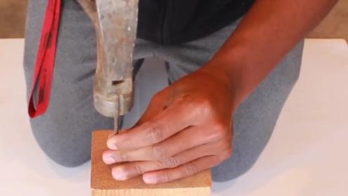 """牛人发明连发锤子,打钉子像""""机关枪""""一样,全程不用手扶!"""