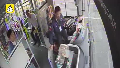 热心肠!7旬老人脸朝下摔倒站台,公交司机立即停车救人