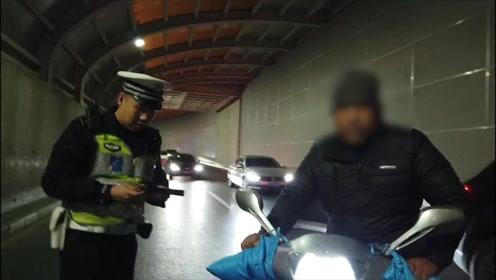 不检车、不戴头盔、驶入禁行区 北京一外卖小哥夜行被查