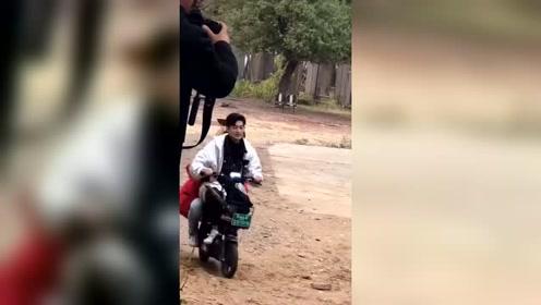 张翰骑电动车带着马天宇也太接地气了,两个大男孩