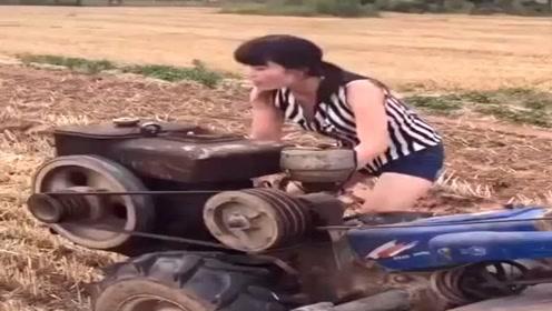 这是我见过最猛的女司机,没有之一,开拖拉机杠杠的!