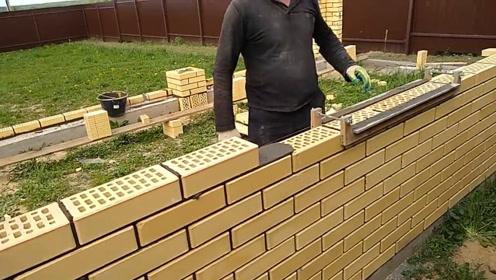 """农民大叔发明""""砌墙""""神器,3天能建一栋房子,6块钱造一个"""