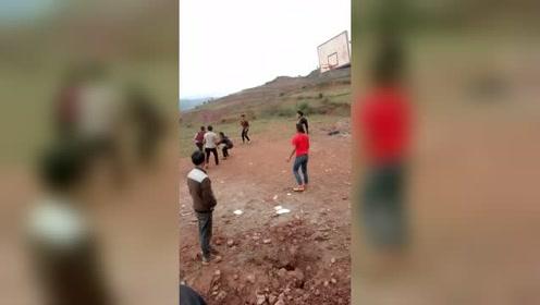 草地上的篮球时光,我们童年的欢乐时光!