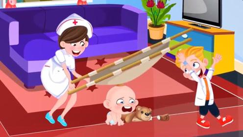 小熊的胳膊断了,宝宝很伤心,妈妈和哥哥化身医生前来帮忙!