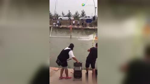 大哥这是在钓鱼还是在被鱼钓呢!看来是不分胜负!