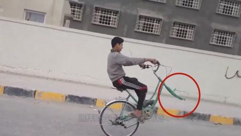 前车轮掉了自行车照样骑,小伙子嘚瑟道:独轮才是我的绝活!