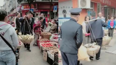 贵州城管帮老人找地卖菜获称赞,网友:既完成了工作,又帮助了他人