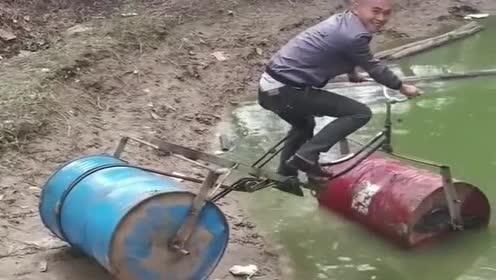 大哥这智商真高!废旧的油桶改装水自行车!真有创意