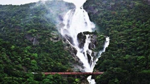 印度最诡异的铁路,在瀑布下穿梭而过,整个过程都不能开窗