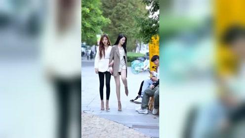 两个小姐姐谁的身材更好呢?