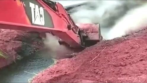 挖掘机师傅你是不是闯祸了?为什么会喷这么高的烟雾?