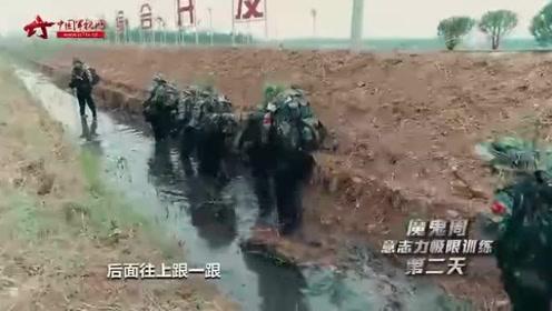 沼泽地行军突遇密集炸点 战士克服恶臭扎进水里