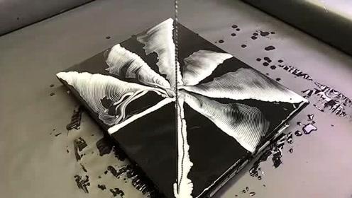 用磁铁球拖动着颜料,形成的花纹别有一番艺术感!