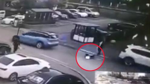 女司机驾车将校门口2名儿童瞬间撞飞数米远 监拍恐怖一幕