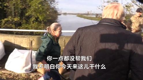 """尴尬!英首相约翰逊慰问受灾民众 被当场回怼""""不想和你说话"""""""