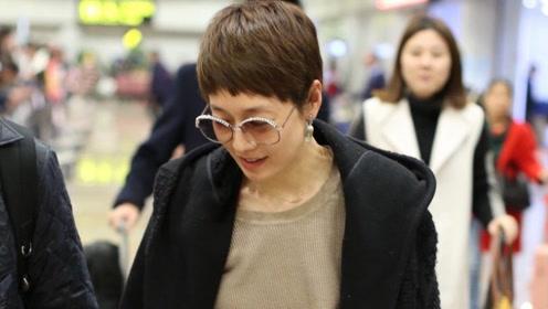 马伊琍驼色针织裙搭黑大衣亮相机场 短发显干练