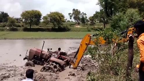 拖拉机陷泥坑,挖掘机前来救援,网友:挖掘机的出场费得不少吧