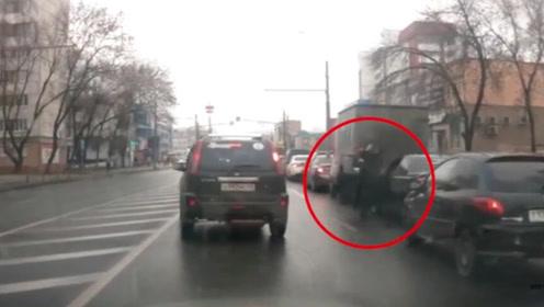 两男子拥堵道路互相踢打 西装男回旋踢击倒对手