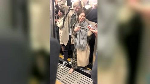 日本人宁愿挤地铁,也不愿意开车,成就了各种爱情故事!