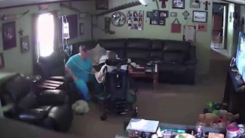 美国一母亲请护工照看脑瘫儿子 打开监控看到这幕火速冲回家