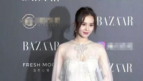 刘诗诗身着白色纱裙出席芭莎明星慈善夜红毯,诗诗好仙好美
