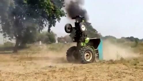 小伙驾驶拖拉机在比赛中表演特技