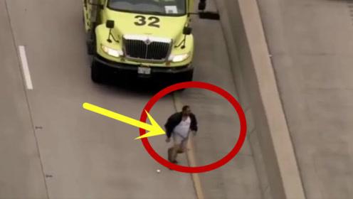 男子逃跑时裤子脱落缠住脚,被警察当场抓获!太丢人了