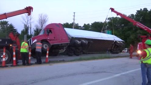 大货车失控翻车,司机被吓坏了,看看最后是如何救援的