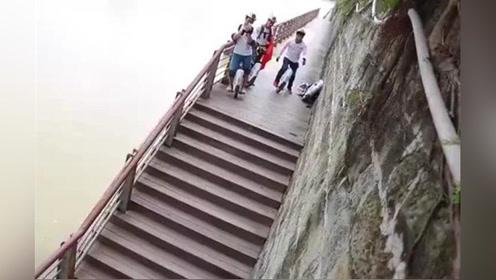 真的很危险!幸好掉下去的不是人
