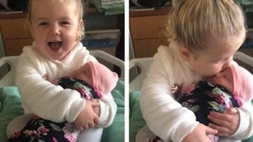 3岁小萝莉第一次抱妹妹有爱爆棚 抱娃姿势显得十分老练